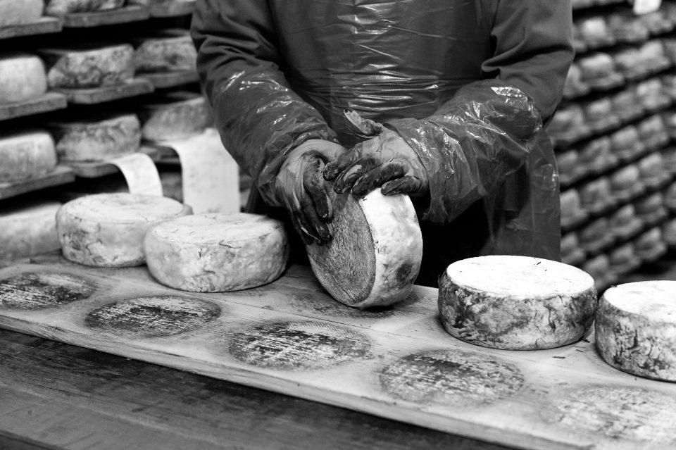Affinage fromage Tomme de Savoie Pochat et fils